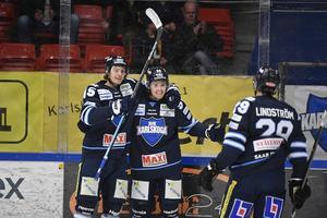 Karlskogas Fredrik Forsberg gratuleras av Axel Lindström efter ett mål i en match mellan BIK Karlskoga och Oskarshamn i Nobelhallen. Foto: TT/Tommy Pedersen