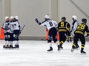 Jubel i IFK Rättvik efter att Jepser Nywertz gjort 3–2 på straff.