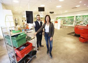 Yasser Tawab och Britt-Maria Ekblom jobbar under påskhelgen för att hinna få allt på plats.