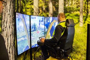 En säljare från Ryssland bekantar sig med Eco Logs senaste produkter i simulatorn där det blir så verkligt det bara kan bli.
