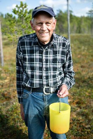 Göran Zackrisson har plockat hjortron på Branaflon i 50 år. Han tycker inte om Jämtkrafts planer på att göra en torvtäkt av myren.