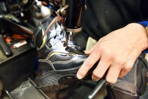 Många skor har passerat under Kjells symaskin för att få sin lyster tillbaka.