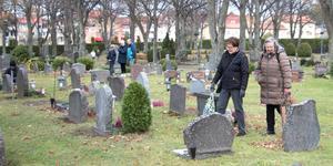 Gun-Britt Harjulin och Aili Jansson är väninnor och före detta arbetskamrater som gjort till tradition att gå till kyrkogården denna dag för att tända ett ljus och lägga blommor på sina gemensamma bekantas gravar samt Gun-Britts makes grav.