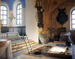 Törnflychtska koret i Ösmo kyrka blev klart 1716. Under finns familjen Törnflychts gravkammare. I samband med renoveringar i kyrkan 2010 öppnades gravkammaren. Då hade den senast varit öppnad 1927.