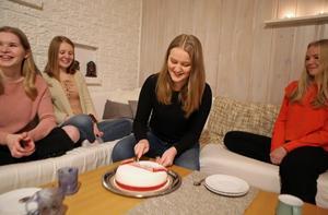 Lovisa Sandvold uppvaktades med tårta när det stod klart att hon blev årets lucia. Med sig hade hon sina klasskamrater som också var kandidater.