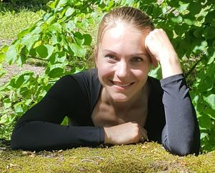 Riina Turunen dansar till orgelmusik i kyrkan på fredag. Foto: Privat