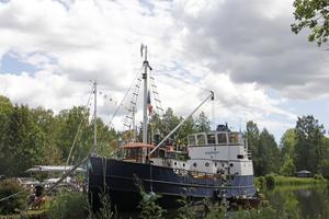 Hjernet är en av de större båtarna som är dockade under kanalens dag.