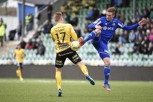 David Myrestam i kamp med Elfsborgs Per Frick. Bild: Erik Mårtensson/TT