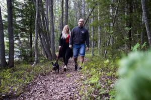 Marielle Närvä från Umeå och Ahmed Al-Majidy från Örnsköldsvik tillsammans med hunden Junior är ute i skog och mark varje dag.