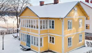 Foto: Karol Pustelnik. Huset på Kungsgatan ligger alldeles intill Norasjön och strandpromenaden.