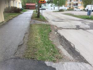 Gångbanorna inne i området vid Vetevägen har tjälskador. Foto: Ulrika Erixon