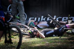 Trötta cyklister efter den avslutande etappens sex varv.
