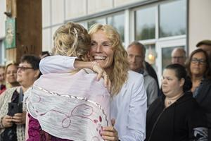 Eva Sundqvist kramade om alla elever när de anlände.