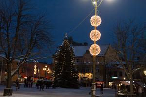 Efter en kortare nedräkning invigdes den nya vinterbelysningen i Sala centrum.