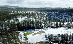 29 maj och paus i golfandet i Idre sedan en decimeter snö täckte banan.