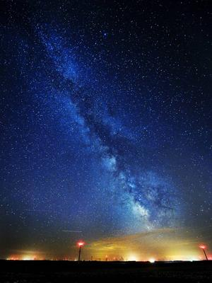 Vintergatan sedd från Lake Benton i Minnesota i USA. Statistiskt sett borde det finnas liv på miljontals planeter därute.    David Brewster/AP/TT