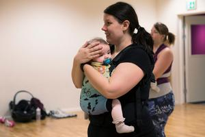 Åsa Pettersson tyckte att det såg roligt ut med bära-baby-dans och ställde frågan om att starta en grupp i Östersund. En och en halv vecka senare var första dansen.