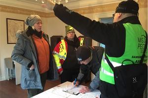 Malin Malmström, Åsa Seffon och Lennart Falk skriver in sig som sökare, medan insatsledare Eric Steijer informerar om sökområde.