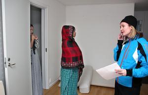 Med tolk i telefonen kan Malin Johansson göra en lista över familjens behov av kläder och storlekar.