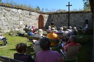 Gudstjänsten i kyrkoruinen leddes av Esa Snaula.