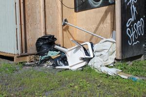 Bland annat plaststolar, sopsäckar och kablar har samlats i en hög utanför den före detta uteserveringen i Societetsparken.