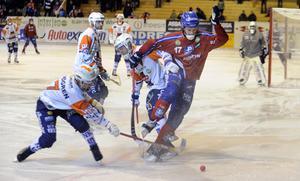 2013 så vann Edsbyn i tre raka matcher mot Bollnäs. Här är det Johan Berglund som håller undan för Mattias Hammarström.