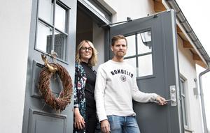 Karolina och Marcus Hård har förverkligat drömmen om ett eget hus där de kombinerat det bästa av nytt av gammalt.