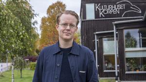 Peter Thörneby, poet och förläggare, driver förlaget Chateaux tillsammans med Martin Högström och Beata Berggren. De har länge varit verksamma på Grafikverkstan Godsmagasinet i Uttersberg.
