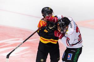 Brynäs Marcus Ersson och Örebros Glenn Gustafsson i bråk. Foto: Bildbyrån