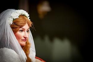 Sanna Gustavsson spelar den unga Mimmi som räddas från att drunkna. Som tack ska hon gifta sig med godsherren. Foto: Lennye Osbeck