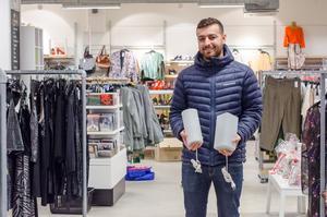 Jiar Mawlod har köpt lampor som han behöver komplettera till helt nya pappersstjärnor som saknade lampor och sladdar.– Det är kul att bygga lite själv också, det blir mer personligt då, säger han.