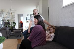 Hela familjen i soffan. Marcus, Josefine, Wigge och Stella ser fram emot kvällens fredagsmys.