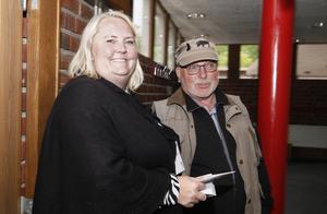 Röstmottagare Maria Zaar delar ut valkuvert till Lars Ivarsson.