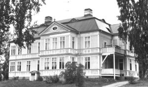 Kjellsborg, som huset kallas, byggdes i början på 1900-talet av makarna Kjell och Erika Olsson. Bilden är från 1974 och huset är sig likt i dag.