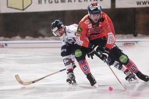 Samuli Helavuori trycker sig förbi Daniel Burvall Jonsson.