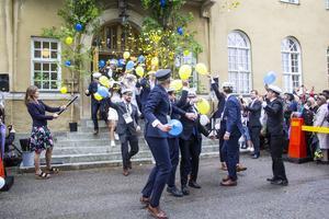 Det var konfetti och glädjerop när Ekonomiprogrammet kom ut på Staffangymnasiets trapp.