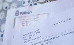 På köksbordet ligger en polisanmälan efter inbrottet.