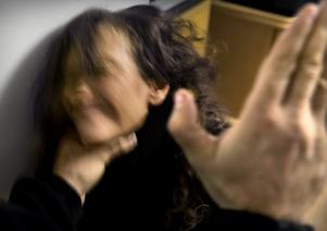 Kvinnan försökte fly pojkvännen men blev nästan strypt när hon var tvungen att vända i dörren och hämta ett par skor. Arkivfoto