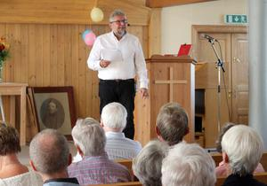 Nils Roos berättade intressant om församlingens historia. FOTO: KATHARINA KARLHAGER