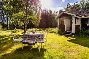 Klassisk stuga med stor tomt vid Mellantjärnen i Falun. Perfekt för sommarbesök. Foto: Therese Sätterlund