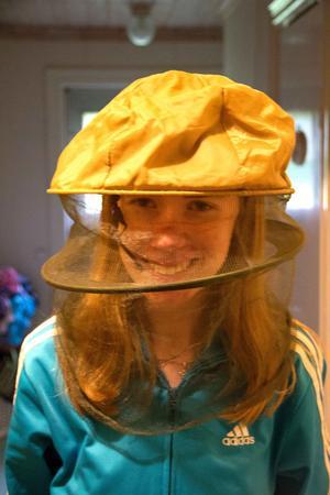 Lisa Cederstrand visar mygghatten, en omistlig del av myggkostymen.