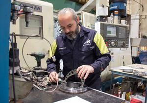 Basem Habib får syssla med flera olika saker i Midrocs mekaniska verkstad.
