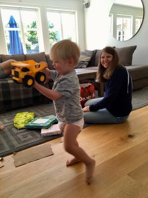 Min dotterson Valter fyller två år och jublar över en ny lastbil, mormor skrattar med i bakgrunden. Foto: Anders Sjöqvist