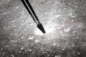 Slå på isen för att testa bärigheten.Bild: Roxanne Nilsson