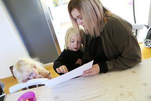 Jennie-Lie Wickström började blogga för drygt tre år sedan när hon var gravid med tvillingarna Leia och Mattis. Nu driver hon en podd om förutsättningarna att vara förälder i Norrland.