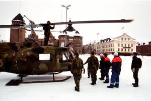 Militärens helikoptrar gjorde flygningar över Gävle för att försäkra sig om att inga människor satt isolerade i sina hus.Foto: Lars Nyqvist.
