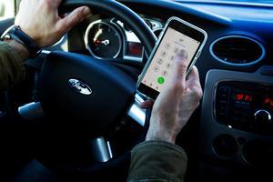 En man från Avesta kommun har dömts för brott mot trafikförordningen på E16 i Borlänge kommun efter att ha använt sin mobiltelefon under färden. Obs: Bilden är arrangerad.