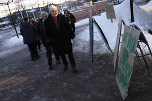 Kommunpolitikerna stannade till och läste på skyltarna – men få lät sig påverkas.