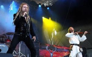 Jonne Järvelä på sång och Jaakko Lemmetty på fiol. Foto: Jennie-Lie Kjörnsberg