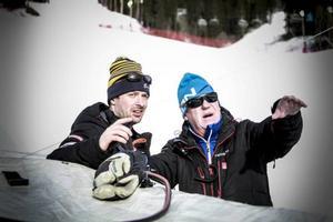 Så här gör vi. Nalle Hansson instruerar sin säkerhetschef Mats Karlsson inför den alpina världscupfest som börjar på torsdag. Nalle har en 300 personer stark tävlingsorganisation att lita till.